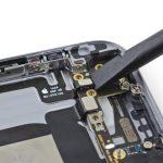 کانکتور دکمه ولوم یا تنظیم صدای آیفون 6 تعمیری را از روی برد باز کنید.