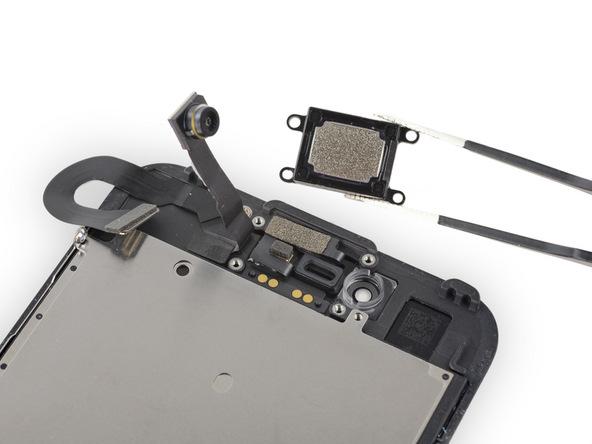 اسپیکر مکالمه آیفون 7 تعمیری را از روی پنل جلوی گوشی بردارید.