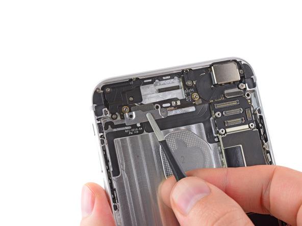 براکت کانکتور دکمه ولوم و پاور آیفون 6 پلاس تعمیری را از درب پشت گوشی جدا کنید.