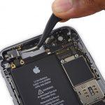 براکت کانکتور دکمه ولوم یا همان تنظیم صدای آیفون 6S تعمیری را با پنس از روی درب پشت گوشی جدا کنید.