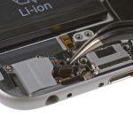 کلیپس نگهدارنده میکروفون آیفون 6 تعمیری را با پنس از درب پشت گوشی جدا کنید.