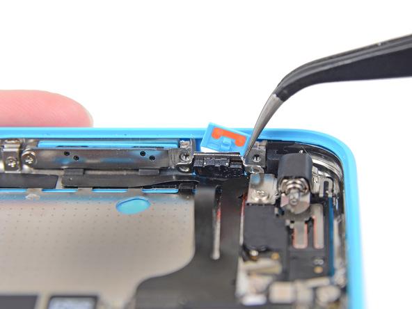 دکمه سایلنت آیفون 5C تعمیری را با نوک پنس از گوشه قاب جدا کنید.