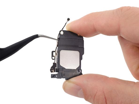 با نوک پنس محلی از کابل آنتن وای فای که به بدنه اسپیکر وصل شده را گرفته و با کشیدن آن به سمت خودتان، کابل آنتن وای فای را از کلیپس اسپیکر جدا کنید.