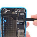 لبه پهن اسپاتول را در گوشه سمت راست کانکتور دکمه ولوم (تنظیم صدا) آیفون 5C تعمیری قرار داده و آن را از روی برد جدا کنید.
