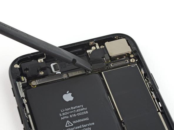 با استفاده از اسپاتول کانکتور دوربین اصلی آیفون 7 تعمیری را از روی برد جدا کنید.