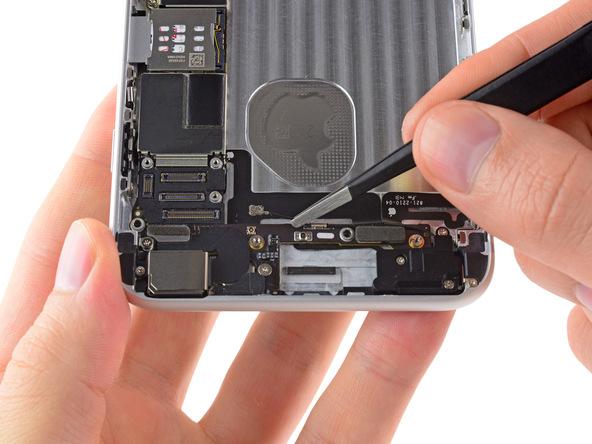وسط سیم آنتن وای فای آیفون 6 پلاس به یک گیره وصل است. به آرامی سیم مذکور را با پنس گرفته و از گیره نام برده شده جدا نمایید.