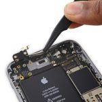 آنتن وای فای آیفون 6 اس تعمیری را با پنس از گوشه سمت چپ و بالای درب پشت گوشی جدا نمایید.