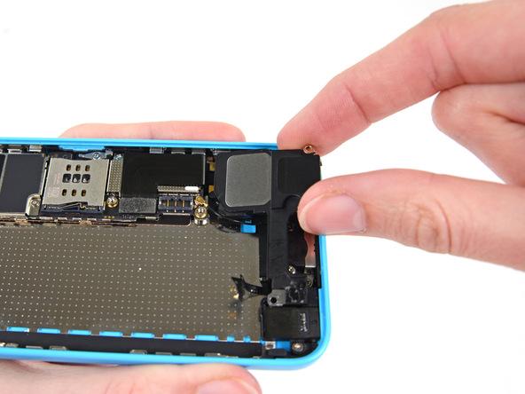 اسپیکر آیفون 5C را با انگشت گرفته و از درب پشت گوشی جدا نمایید.