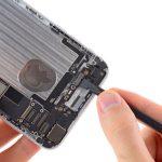 کانکتورهای دکمه پاور و ولوم آیفون 6 پلاس تعمیری را با لبه پهن اسپاتول از روی برد گوشی جدا کنید.