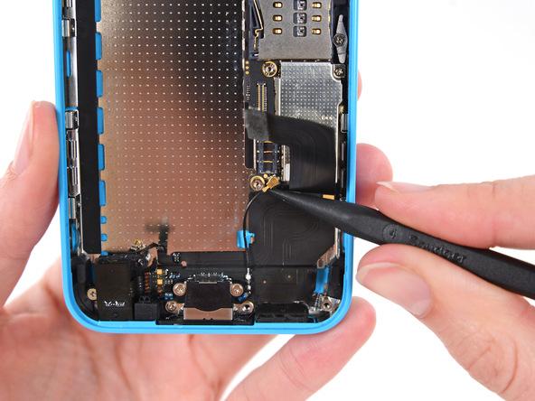 کانکتورهای سیم آنتن آیفون 5C را از لبه زیرین پنل پشت گوشی آزاد کنید.