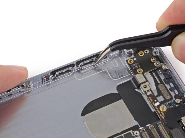 دکمه ولوم معیوب آیفون 6 تعمیری را از لبه درب پشت گوشی جدا نمایید.