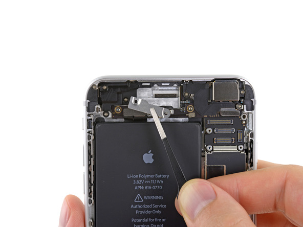 براکت کانکتور دکمه پاور آیفون 6 پلاس تعمیری را از روی درب پشت گوشی بردارید.