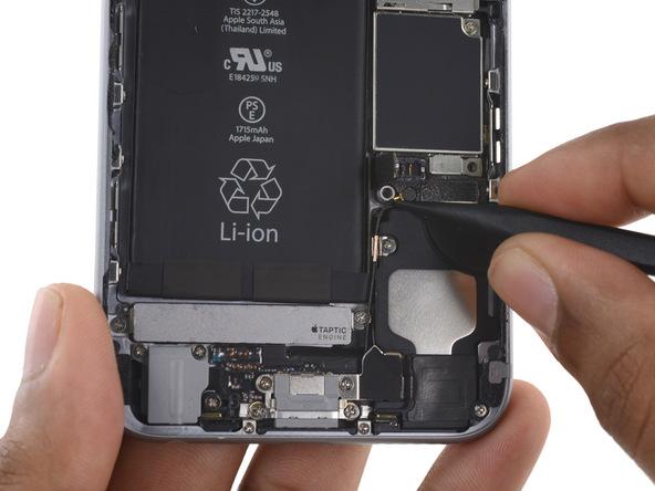 در گوشه سمت چپ و بالای اسپیکر آیفون 6 اس هم یک کانکتور آنتن دیگر تعبیه شده است. به آرامی نوک اسپاتول را در گوشه این کانکتور قرار داده و آن را به سمت بالا هول دهید تا از روی برد جدا شود.