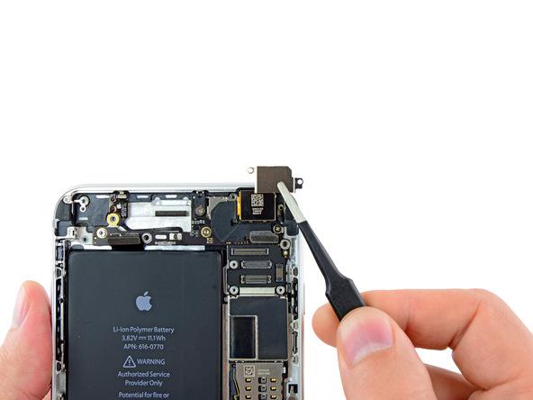 براکت لنز دوربین اصلی آیفون 6 پلاس تعمیری را از روی آن جدا کنید.