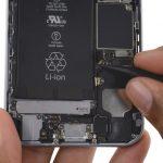 کانکتور آنتن سلولی بالای اسپیکر آیفون 6S را به سمت بالا هول دهید تا از روی برد گوشی جدا شود.