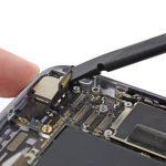 کانکتور دوربین اصلی آیفون 6 تعمیری را از روی برد گوشی جدا کنید.