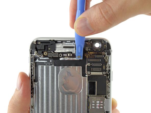 کانکتور آنتن وای فای آیفون 6 پلاس تعمیری را با پنس یا نوک اسپاتول از روی برد باز کنید.