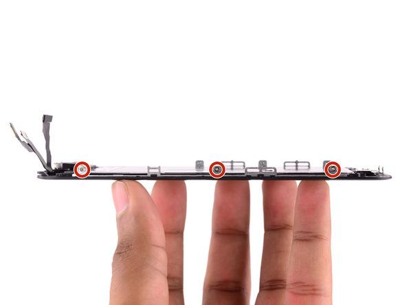 شش پیچ 1.3 میلیمتری که در لبه های سمت راست و چپ پنل جلوی آیفون 6 اس واقع شدهاند و نگهدارنده شیلد محافظ آن هستند را باز کنید.