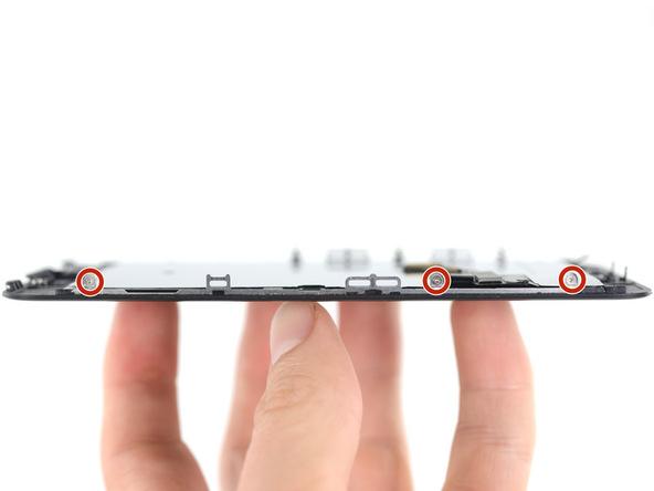 شش پیچ سه سویی که در اطراف پنل روی آیفون 7 تعمیری وجود دارند و نگهدارنده پلیت محافظ صفحه نمایش هستند را با استفاده از پیچ گوشتی سه سو Y000 باز کنید.