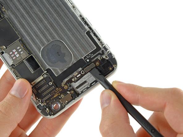 کانکتورهای دکمه پاور و ولوم آیفون 6 پلاس را مثل عکس ضمیمه شده از روی برد گوشی جدا کنید.