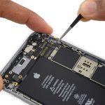 کابل آنتن فوقانی آیفون 6 اس با گیره های خاصی به لبه راست قاب گوشی متصل است. به آرامی کابل مذکور را با پنس گرفته