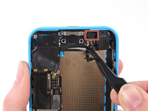 لایتنینگ پورت یا مجموعه سوکت شارژ آیفون 5C را با پنس گرفته و از آن خارج کنید.