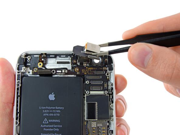 لنز دوربین اصلی آیفون 6 پلاس تعمیری را از روی درب پشت گوشی جدا کنید.