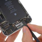 کانکتور دکمه پاور و ولوم آیفون 6 پلاس را از روی برد گوشی جدا کنید.