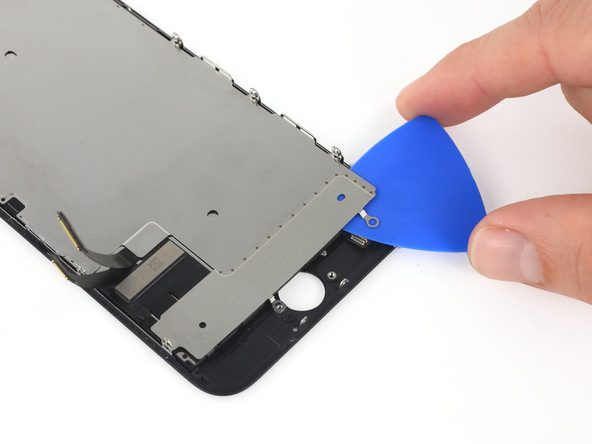 به آرامی پیک را به لبه زیرین پلیت محافظ صفحه نمایش آیفون 7 تعمیری فرو کنید و با آن بازی کنید تا پلیت از جای خود بلند شود. پیک را به صورت عرضی در بخش نام برده شده حرکت دهید تا کاملا شل شود.