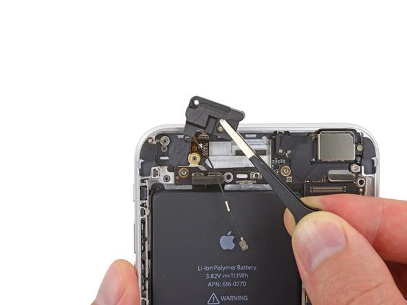 فلت وای فای آیفون 6 پلاس تعمیری را با پنس از درب پشت گوشی جدا نمایید.