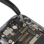 • براکت NFC آیفون 6 اس تعمیری را با نوک پنس برداشته و از درب پشت گوشی جدا کنید.