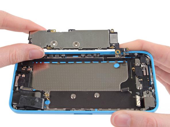 برد آیفون 5C تعمیری را از قاب پشت گوشی جدا کنید.