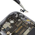 براکت NFC آیفون 6 اس تعمیری را با نوک پنس برداشته و از درب پشت گوشی جدا کنید.