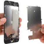 پلیت محافظ صفحه نمایش آیفون 7 تعمیری را بردارید.