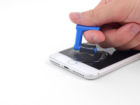 کف دست خود را روی صفحه نمایش آیفون تعمیری تکیه دهید و با انگشت اشاره ساکشن کاپ را گرفته و به سمت بالا بکشید. به تدریج شدت نیروی کششی را افزایش دهید تا شکافی روی لبه زیرین قاب آن ایجاد شود.