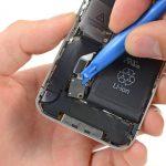 کاپ های مکنده قاب کش را از روی ال سی دی و درب پشت آیفون 5C تعمیری آزاد کنید و این ابزار را در گوشهای از میز کارتان قرار دهید.