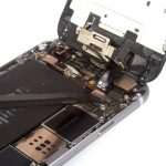 کانکتورهای تاچ (دیجیتایزر) و ال سی دی (صفحه نمایش) آیفون 6 تعمیری را باز کنید.