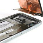 ال سی دی را کامل از بدنه گوشی جدا نمایید. میتوانید تعویض ال سی دی گلکسی A3 2015 را انجام دهید. برای بستن گوشی لازم است مراحل عنوان شده را از انتها به ابتدا مرور کرده و در صورت نیاز به شکل معکوس انجام دهید. چنانچه در رابطه با هر یک از مراحل تعمیر موبایل شرح داده شده سوالی داشتید، میتوانید ضمن تماس با کارشناسان واحد تعمیر شرکت موبایل کمک از آن ها راهنمایی دقیق تری بخواهید.