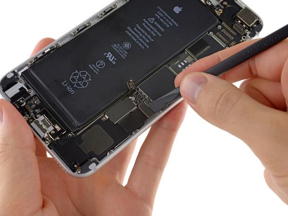 کانکتور موتور ویبره آیفون 6 پلاس تعمیری را از روی برد گوشی جدا کنید.