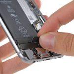 با انگشت لبه اولین چسب نگهدارنده باتری را گرفته و خیلی آرام آن را به سمت بالا و عقب بکشید. کشیدن چسب را تا جایی ادامه دهید که احساس کنید مقاومت چسب افزایش یافته است.