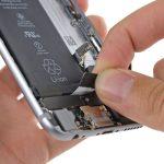 نکته: اگر در حین کشیدن، چسب پاره شد، سعی کنید باقی مانده آن را گرفته و دوباره کشیدن را ادامه دهید. اگر پارگی چسب به صورتی بود که نمیتوانستید به لبه آن دسترسی یابید، باید از باز کردن اولین چسب نگهدارنده باتری صرف نظر کنید.