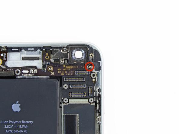 پیچ 1.6 میلیمتری که در عکس با رنگ قرمز مشخص شده را از گوشه درب پشت آیفون باز کنید.