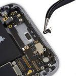 در بخش فوقانی درب پشت آیفون 6 اس تعمیری یک کلیپس پلاستیکی کوچک قرار دارد. این کلیپس را با پنس برداشته و از روی پنل پشت گوشی جدا کنید.