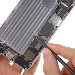 کانکتور سیم آنتن زیرین آیفون 6 پلاس را از روی برد گوشی باز کنید.