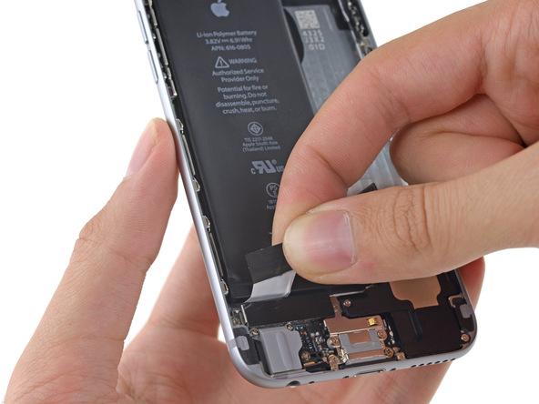 لبه دومین چسب نگهدارنده باتری آیفون 6 تعمیری را با پنس از گوشه باتری جدا کنید.