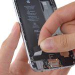 لبه دومین چسب نگهدارنده باتری آیفون 6 تعمیری را هم از روی باتری جدا کنید.