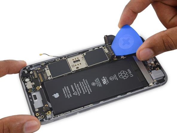 نوک یک پیک را به آرامی از پایین به زیر برد آیفون 6 اس تعمیری فرو ببرید.