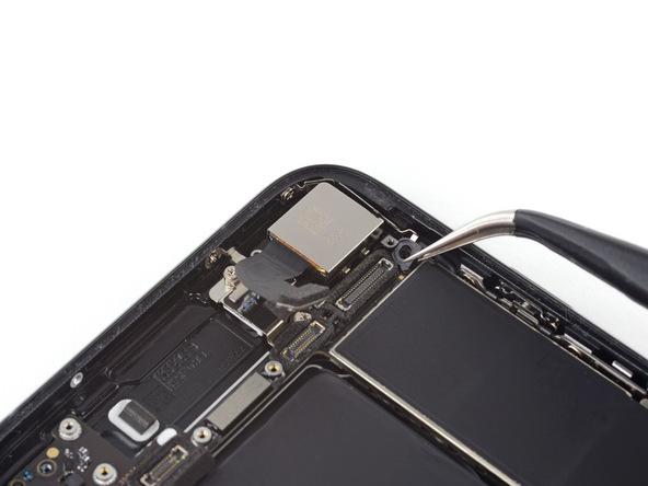 براکت اتصال به زمین یا پایه برد آیفون 7 تعمیری که در کنار لنز دوربین اصلی آن قرار دارد را مثل عکس از روی برد برداشته و آن را از مسیر برد خرج کنید.
