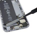 موتور ویبره آیفون 6S تعمیری را از درب پشت گوشی جدا کنید.
