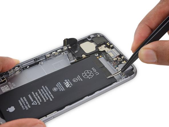 در لبه زیرین باتری آیفون 6 اس دو چسب کوچک چسبانده شده است. با نوک یا یک پیک پنس خیلی آرام این دو چسب را از لبه زیرین باتری گوشی جدا کنید.